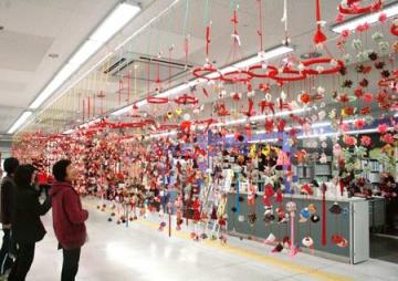 華やかなつるしびなが並ぶ「つり飾り展」=19日、見附市学校町1のネーブルみつけ