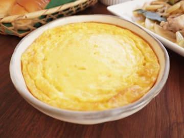 材料を混ぜたら、あとはオーブンで焼くだけ。とろっとふわっとした食感と、コーンの甘みが優しいグラタンの完成です。