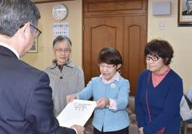 陳情書を手渡す市民の会共同代表