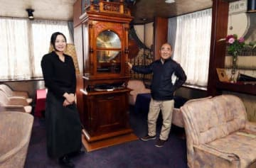 閉店する「星ビル オルゴールティーサロン」の思い出を話す杉山店長(左)と須間さん