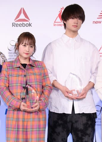 「スニーカーベストドレッサー賞 2019」の授賞式に出席した川栄李奈さん(左)と佐野勇斗さん