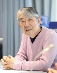 ラジオ関西の番組でイベントを紹介する松本隆さん=神戸市中央区(撮影・吉田敦史)