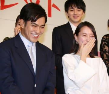 NHK大阪放送局で行われた会見に出席した北村一輝さん(左)と戸田恵梨香さん