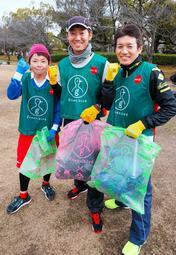 「世界遺産姫路城マラソン2019」でごみを拾いながら走る予定の(左から)竹尾さん、原さん、松村さん=姫路市内