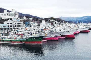 係留された漁船が並ぶ気仙沼港。船員の確保が大きな課題だ