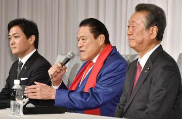 記者会見で国民民主党会派入りを表明するアントニオ猪木参院議員。左は同党の玉木代表、右は自由党の小沢共同代表=21日午後、東京都内