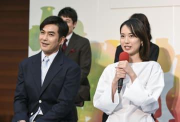 NHK連続テレビ小説「スカーレット」のヒロインを演じる戸田恵梨香さん(右)と父親役の北村一輝さん=21日午後、大阪市