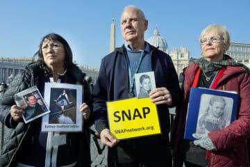 20日、バチカンのサンピエトロ広場で虐待の根絶を訴える被害者団体メンバーら(AP=共同)