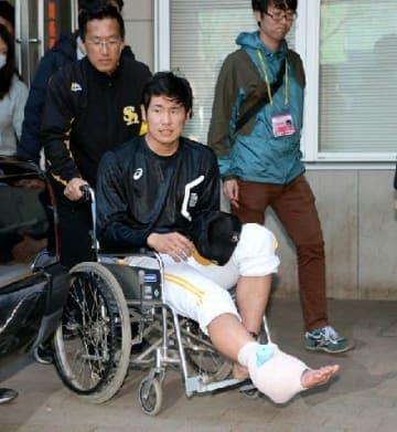 ソフトバンク2位杉山が右足首負傷 車いすで病院へ