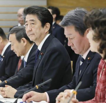 月例経済報告の関係閣僚会議に臨む安倍首相ら=21日午後、首相官邸