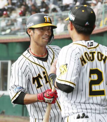 広島との練習試合で本塁打を放ち、迎えられる阪神・江越(左)=宜野座