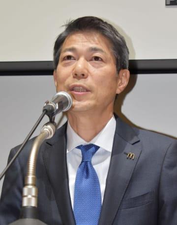 記者会見する日本マクドナルド次期社長の日色保氏=21日午後、東京都中央区
