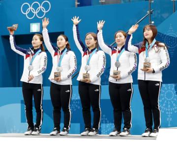 平昌冬季五輪カーリング女子のメダル授与式で銀メダルを胸に喜ぶ韓国チーム=2018年2月(共同)
