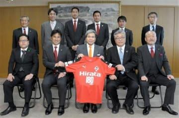 蒲島郁夫知事(前列中央)を表敬訪問し、記念撮影に写るロアッソ熊本の渋谷洋樹監督(同左から2番目)ら=県庁