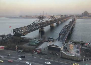 中国・丹東市(手前)と北朝鮮側をつなぐ中朝友誼橋=21日(共同)