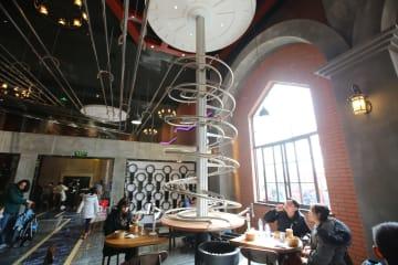 料理が上から降りてくるジェットコースター·レストラン 上海市