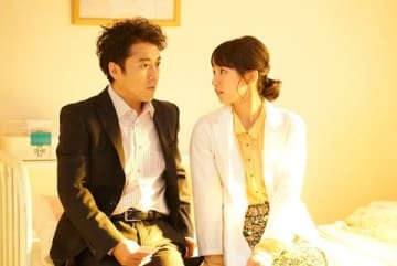 「LIFE!~人生に捧げるコント~」に出演する吉岡里帆さん(右) (C)NHK