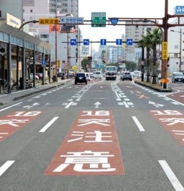 事故が相次ぎ、看板や路面表示での注意喚起を始めた宮崎市の江平五差路=21日午後