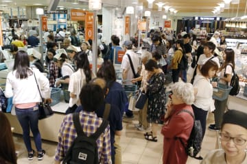Department store sales dip in Jan. on waning shopping by tourists