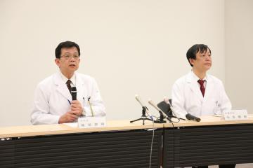 はしかの二次感染について説明する筑波メディカルセンター病院の軸屋智昭院長(左)ら=21日午後8時、つくば市天久保