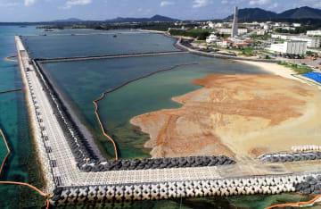 県が辺野古新基地建設に反対し続ける一方で、政府は埋め立て土砂の投入を続けている=1月13日、名護市