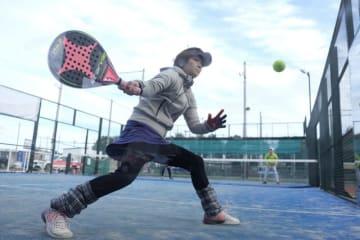 スペイン生まれのラケットスポーツ「パデル」が楽しめるコートが神戸にオープン