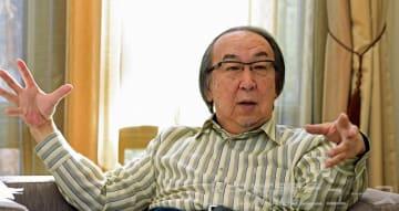 インタビューに答える横山秀夫さん