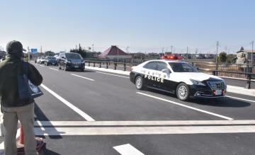 完成したバイパスを渡り初めする関係車両=つくばみらい市谷井田