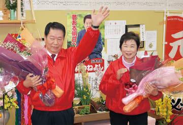 支援者から花束を受け取り、声援に応える小林氏(左)