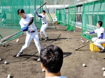 バットを振り込み打力を磨く神奈川工科大硬式野球部員