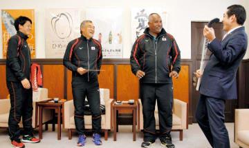 中村時広知事(右)と談笑するシギ・アイクマン監督(右から2人目)ら=21日、県庁