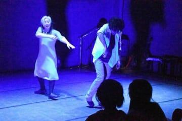 自由な表現でダンスを披露する加藤さん(左)とイヴァンさん
