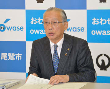 【平成31年度当初予算案を説明する加藤市長=尾鷲市役所で】
