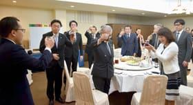組合の発展を願い祝杯を挙げる出席者