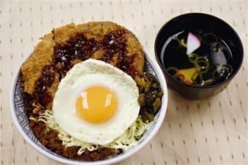 北熊本サービスエリア(上り線)で提供されている「馬肉メンチ勝つ 金メダル丼」(西日本高速道路サービス・ホールディングス九州支社提供)
