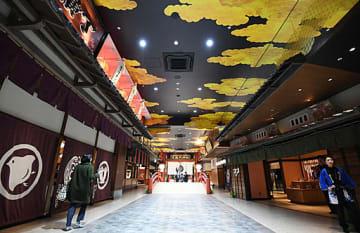 安土桃山時代をコンセプトに、古い町並みと和モダンを組み合わせた空間=21日、大阪市港区の空庭温泉OSAKA BAY TOWER