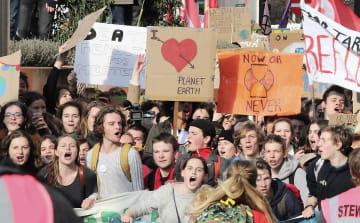 地球温暖化阻止に向けたデモで、早急な行動を大人たちに求める高校生ら=21日、ブリュッセル(共同)