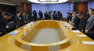 心愛さんが死亡した事件で、千葉県の検証委員会の初会合の冒頭、黙とうする出席者ら=21日、県庁