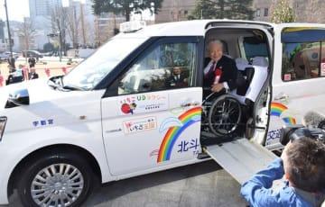 いちごUDタクシーに体験乗車する福田知事=21日午前、県庁県民広場