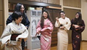 寺田さん(左手前)から日本舞踊を教わる着物姿の学生4人=南島原市、寺田さん方の稽古場