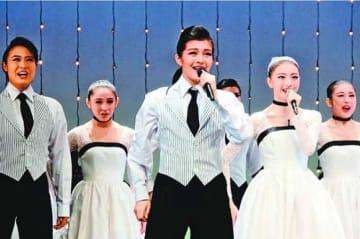 卒業公演のリハーサルで歌と踊りを披露するライスさん(中央)=宝塚市の宝塚バウホール