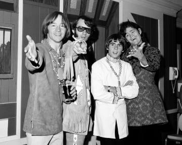 米ニューヨークでモンキーズのメンバーと共に記者会見するピーター・トークさん(左端)=1967年7月(AP=共同)