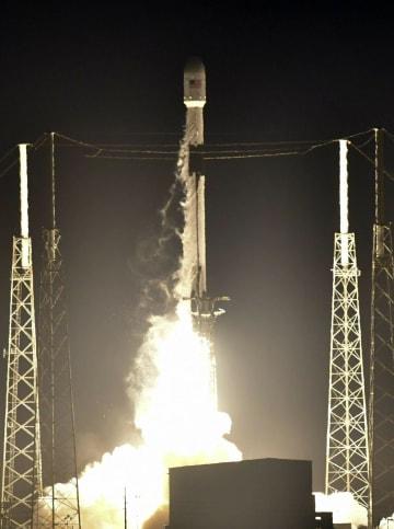 イスラエルの月面探査機を載せ、打ち上げられた「ファルコン9」ロケット=21日、米フロリダ州のケープカナベラル空軍基地(AP=共同)