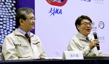 はやぶさ2の状況について説明するJAXAの久保田孝教授(右)ら=22日午前、相模原市