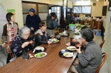 地域住民が食事を通して交流を楽しんだ「子ども地域食堂」=山都町