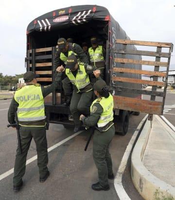 21日、コロンビア北部ククタ近郊で、ベネズエラ人道支援のためのコンサートの警備に備えるコロンビア警察関係者(AP=共同)