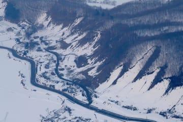 震度6弱を観測した地震から一夜明けた北海道厚真町吉野地区=22日午前6時55分(共同通信社ヘリから)