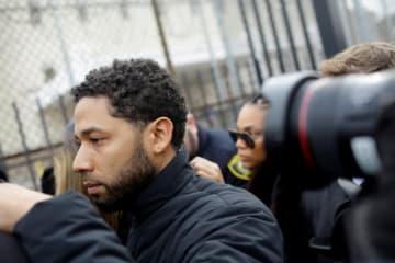 2月21日、米俳優ジャシー・スモレット(36)が、ヘイトクライム(憎悪犯罪)の疑いで2人組の男に襲われたと主張していたのは自作自演だったことが発覚し、シカゴ警察に逮捕された。出演料の低さに対する不満があったという。写真は、保釈後のスモレット容疑者。 - (2019年 ロイター/Joshua Lott)