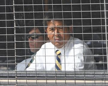 楽天対日本ハムの練習試合を視察する日本代表の稲葉監督=21日、沖縄県金武町の金武町ベースボールスタジアム