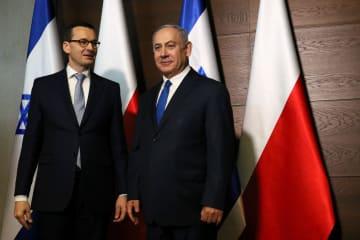 イスラエルのネタニヤフ首相(右)とポーランドのモラウィエツキ首相=14日、ワルシャワ(ロイター=共同)